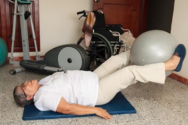 바닥에서 치료를 하는 장애인 여성