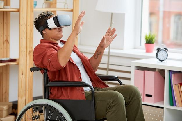 Женщина-инвалид в очках виртуальной реальности