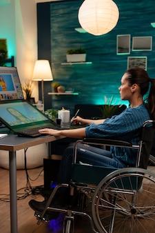 車椅子で働く障害のある女性写真家