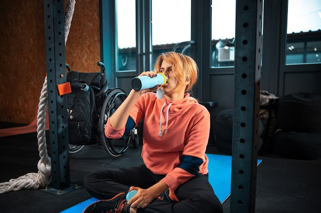 Donna disabile formazione nella palestra del centro di riabilitazione