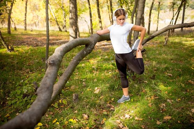 障害のある女性が歩いて森の中で屋外でトレーニング