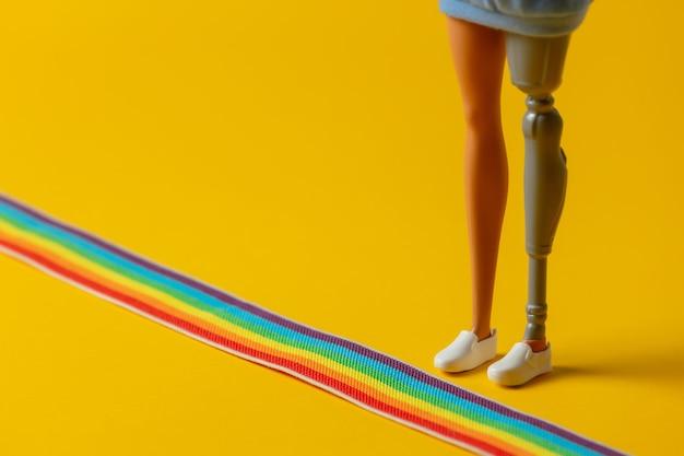 Lgbt 레인보우 스트립 옆에 의족이 있는 장애인 여성