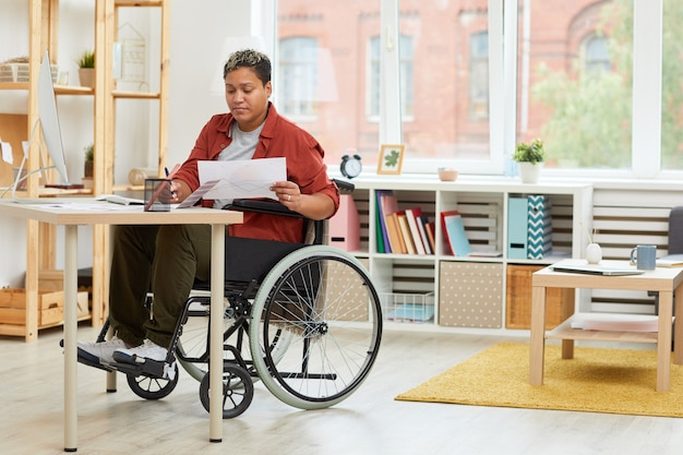 彼女の職場で働く女性障害者