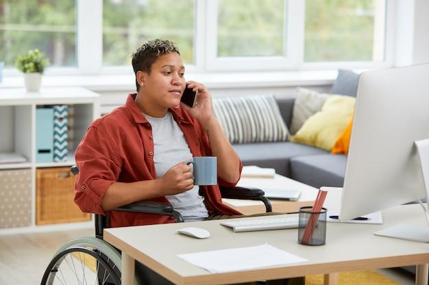 在宅勤務の女性障害者
