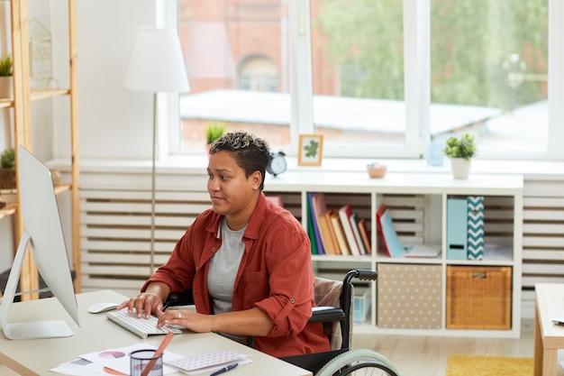 オフィスで働いている女性障害者