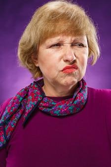 Недовольная старшая женщина с цветочным фуларом