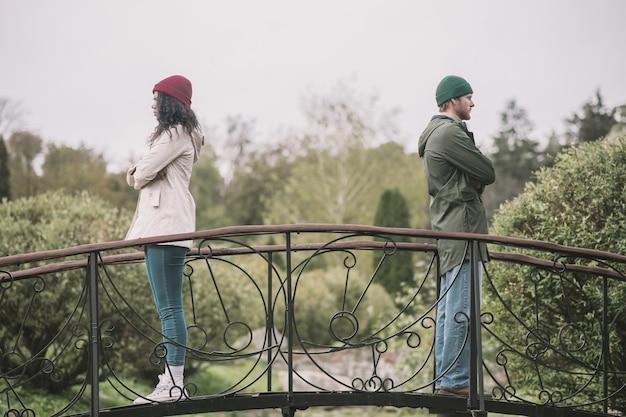Несогласие. мужчина и женщина стоят отдельно из-за спора