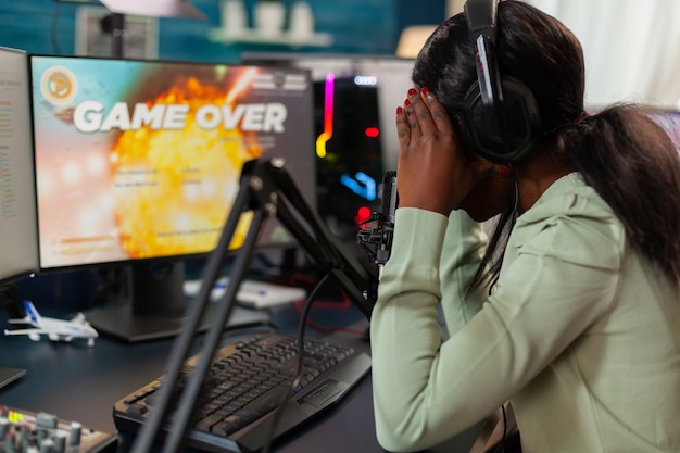 실망한 아프리카 온라인 게임 스트리머가 챔피언십, 인터넷 멀티플레이어를 잃습니다. 강력한 컴퓨터에서 새로운 그래픽으로 온라인 비디오 게임을 스트리밍하는 전문 게이머.
