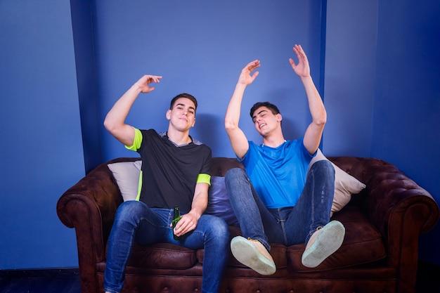 Appassionati di calcio delusi sul divano