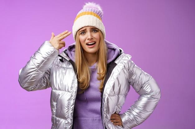 화가 난 젊은 여자친구가 불만을 토로하는 것은 더 이상 참을 수 없다.