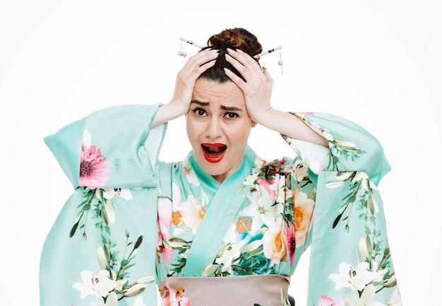 白地に手をつないで泣いている日本の伝統的な着物の失望した女性