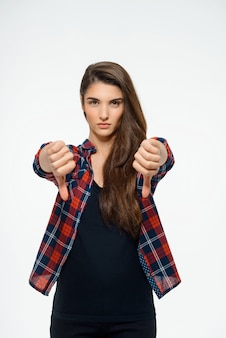 Разочарованная женщина показывает большой палец вниз