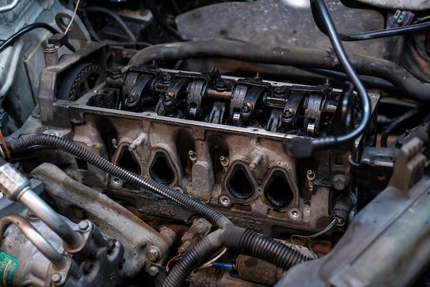 수리 중 작업장 내부에서 분해된 자동차 엔진 세부 사항