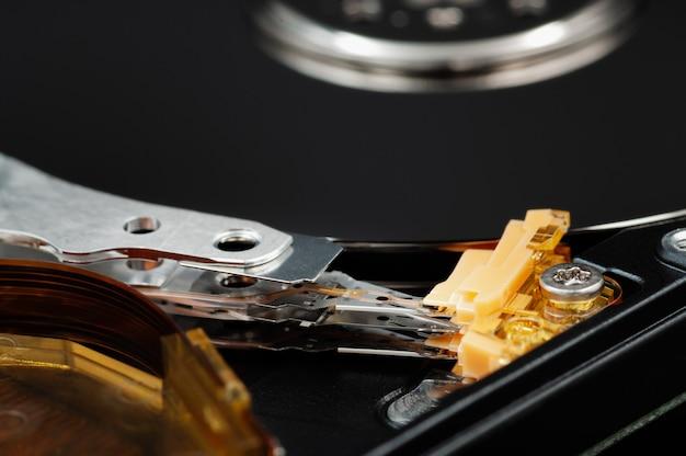 분해된 노트북 하드 디스크 드라이브 hdd macrophoto