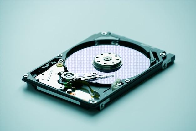 Разобранный жесткий диск ноутбука