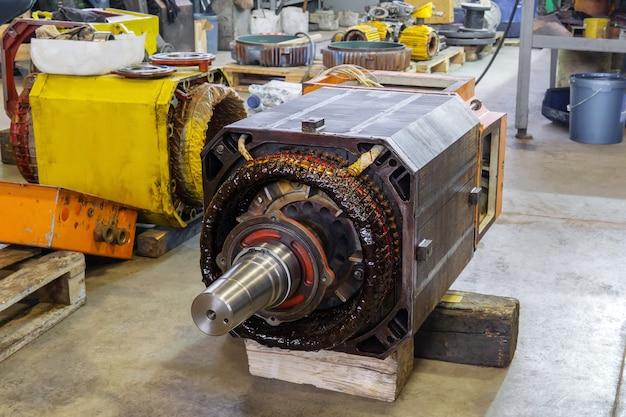 작업장 수리 과정에서 분해된 대형 산업용 전기 모터