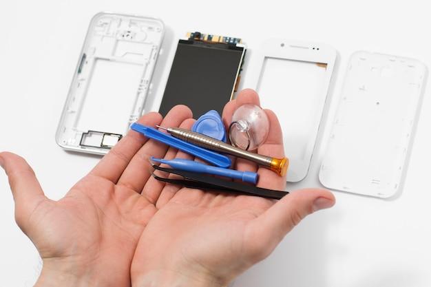 도구가있는 분해 된 휴대폰