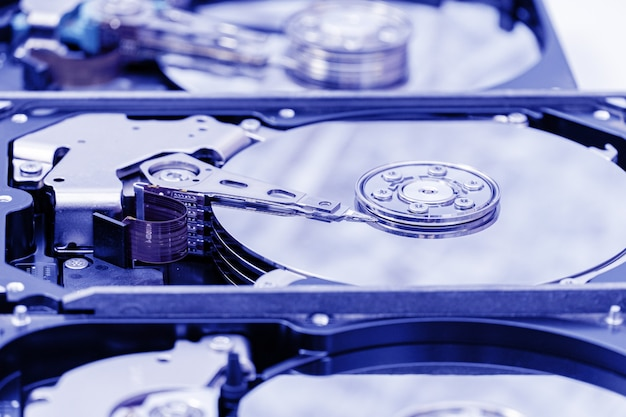서비스 중인 하드 디스크 드라이브의 분해된 열린 그룹입니다. hdd 수리, 정보 복구