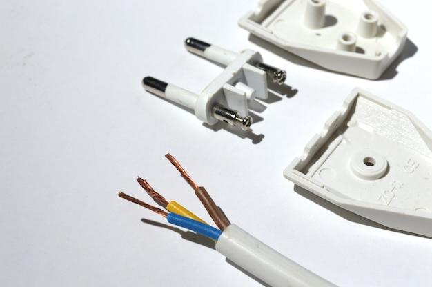 電気プラグの分解