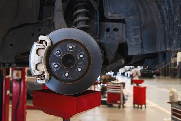 修理のための車両のディスクブレーキ。ガレージでの車の修理