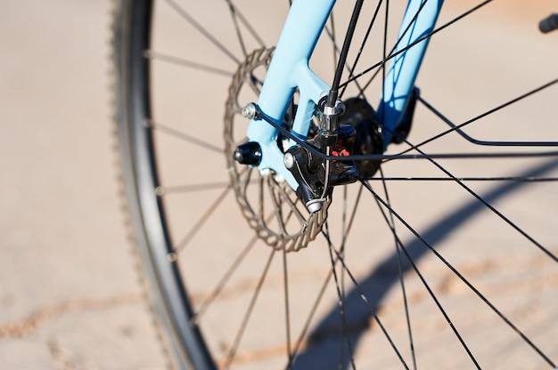 ケーブル式のレーシングバイクのディスクブレーキ。ホイール付き自転車フォーク。