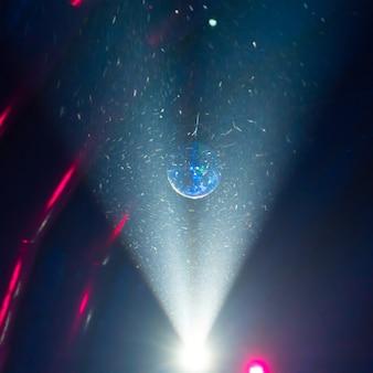 Диско-шар и синий световой луч на сцене