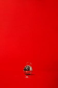 빨간색 테이블에 디스코 공