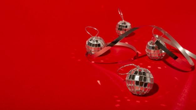 Диско-шары на красном столе