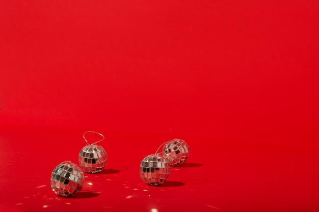 Palle da discoteca sulla tavola rossa