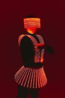 Танцовщица дискотеки движется в уф-костюме