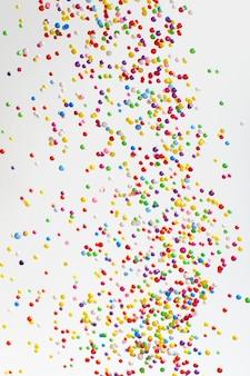 디스코 조명 색상 장식 공 및 크리스마스 bokeh 밝은 배경에 가벼운 문자열.