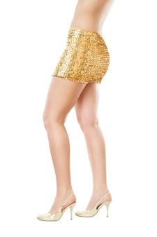 孤立した金色のスカートのディスコ女性。
