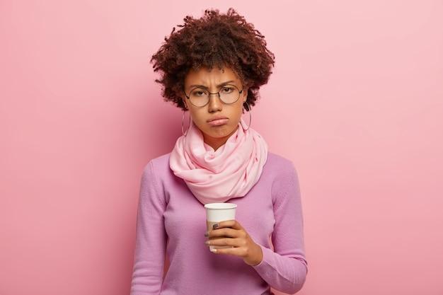 La donna dalla pelle scura insoddisfatta ha un'espressione cupa dopo il risveglio al mattino presto