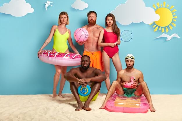 Amici scontenti in posa in spiaggia
