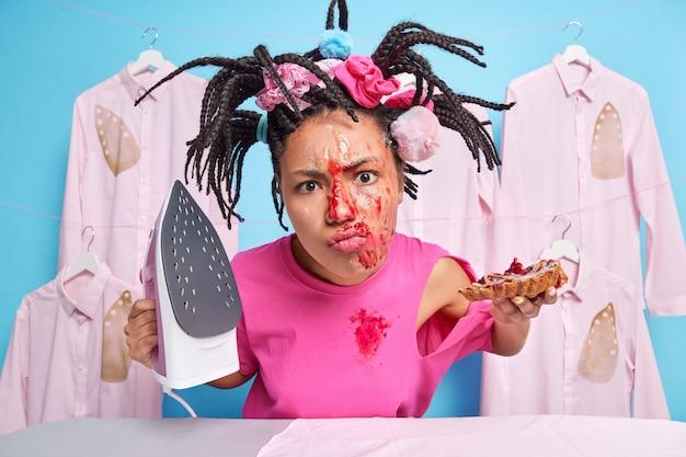不満ストレスの女性は汚れた顔をしています
