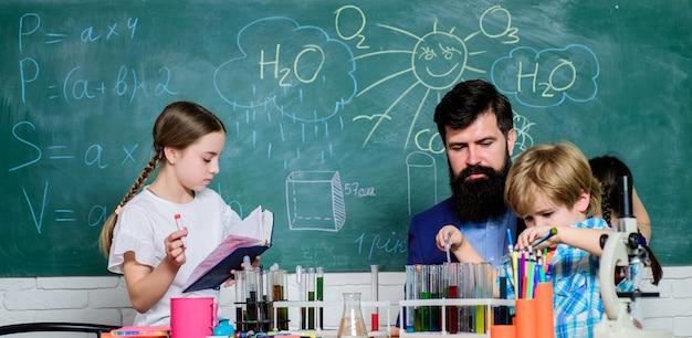 一緒に物質の特性を発見し、探索してください。子供たちは科学などのクラブの分野で成長することができます。スクールクラブ教育。教師と生徒は教室で試験管をテストします。化学をテーマにしたクラブ。