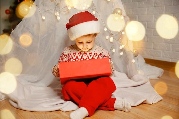 冬の居心地の良いインテリアメリークリスマスの美しさを発見