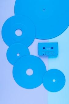 Диски возле компактной кассеты