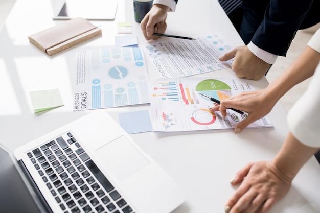 회의에서 마케팅 데이터 논의