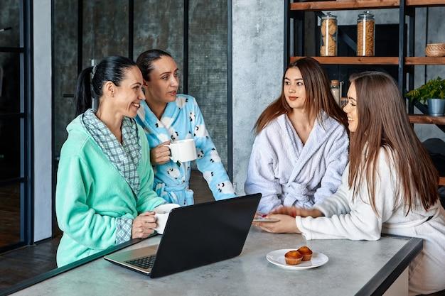 Обсуждение семейного бизнеса за завтраком женщины в халатах, сидящие за обеденным столом