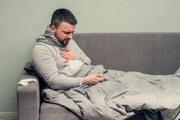 疾患。家で乾杯。若い男は病気で、自宅で治療されます。胸の痛み、呼吸困難。鼻をナプキン、鼻水に吹き込みます。感染、流行、バチルスキャリア。