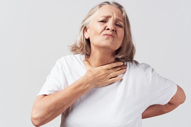 不満を持った年配の女性の健康問題の痛みの治療