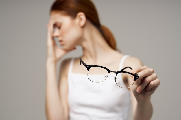 不機嫌な女性視力の悪い健康問題ネガティブライトバックグラウンド