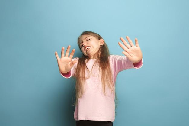 Disgusto. ragazza adolescente schizzinosa sul blu. le espressioni facciali e le emozioni delle persone concetto