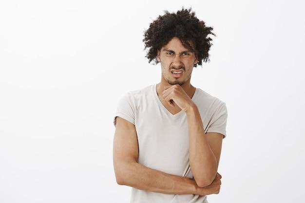 Отвращение смешной человек гримасничает, съеживается от чего-то ужасного