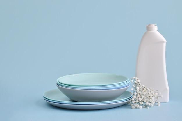 青い背景の食器用洗剤。