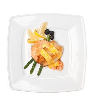 Блюдо из жареного мяса, запеченное в тесте на белом фоне