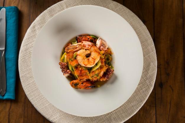 Блюдо из лингвини с морепродуктами. типичная сицилийская кухня, традиции средиземноморской диеты.