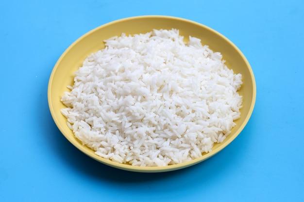 파란색 배경에 쌀 요리