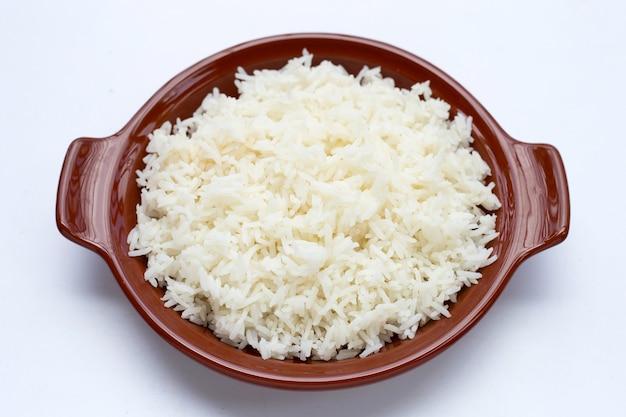 白い背景の上のご飯の皿。